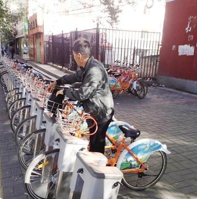 一位市民正在取用公共自行车