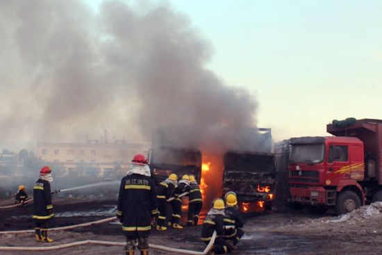 消防队员紧急灭火