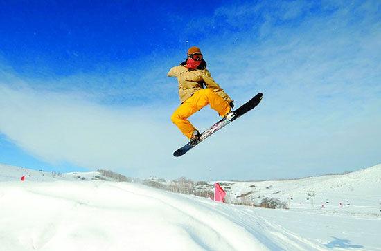 旅游时间:夏季最佳旅游时间为5月中旬至9月中旬;冬季冰雪最佳旅游时间为11月至次年的2月中旬。呼伦贝尔冬季气温较低,要注意保暖。厚衣、皮帽、围巾、手套、太阳镜、冻疮膏是必备品,还要穿保暖性能好、磨擦力大的雪地鞋,以对付积雪。呼伦贝尔昼夜温差变化较大,所以夏季旅游不能只穿短袖衫、短裤或裙装,应适当带长袖衣服,随时加减。