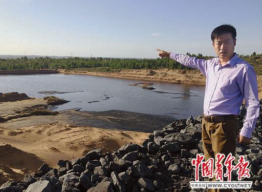 村民张胜利指着煤矿排放污水形成的污水湖说,这片污水湖装不下污水后,煤矿用水泵把污水抽出排向他家林地的方向,淹了他们村6户村民家的林地,这片污水湖以前也是林地。