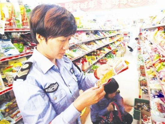 食药局的工作人员正在检查校园周边超市的小食品