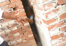 赤峰市文钟镇一儿童淘气钻墙缝被夹住
