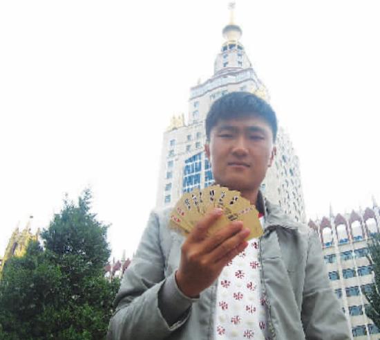 马国靖展示他的手绘扑克牌
