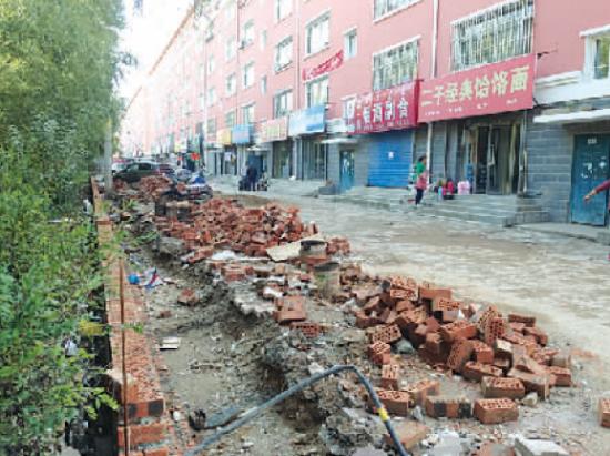 门脸房前道路已被挖开,施工材料堆放凌乱