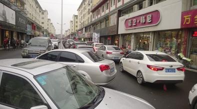 温州步行街上随意停放的车辆