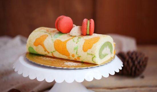 秋天制作的手绘卷,手绘画我喜欢的银杏叶,用抹茶绿做过度,跟夏天说拜拜,中间夹入栗子乳酪的浓郁,还有一颗颗甜香的栗子,迎来秋意深浓,卷卷口感特别的协调,谁也不会抢夺谁的风韵。北京的秋很短暂,跟春天一样,美妙的景象感觉就那短短的几天,为小假期准备一款蛋糕或是几样小点心,出去旅旅游,看看大自然带给我们的惊喜。   银杏叶手绘卷材料:   蛋黄3个、细砂糖30克、低粉80克、色拉油40ml、牛奶60ml、香草精1大勺、 蛋白4个、细砂糖60克、柠檬汁/盐各少许   抹茶乳酪馅材料:   奶油奶酪150克、黄油