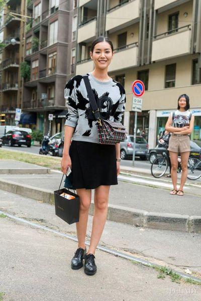 LOOK 2:休闲卫衣+黑色半身裙+黑色牛津鞋