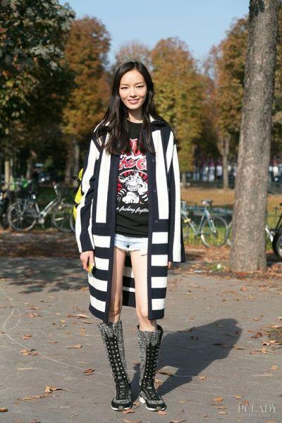 LOOK 2: 条纹风衣+印花T+牛仔热裤+铆钉长靴