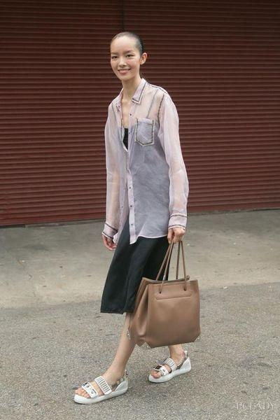 LOOK 5:黑色吊带裙+透视衬衫+灰色凉鞋