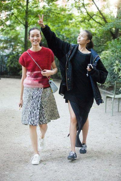 LOOK 7:针织短袖+花呢半身裙+白色休闲鞋