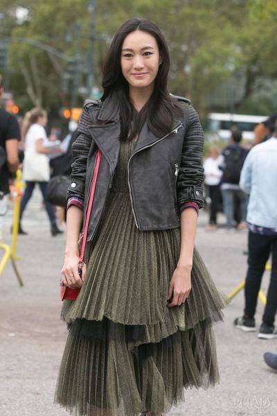 LOOK 1:褶皱裙+皮夹克 2015春夏时装周 中国超模街拍精选