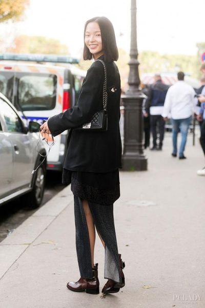 LOOK 1:黑色开叉裙+西服外套+皮靴