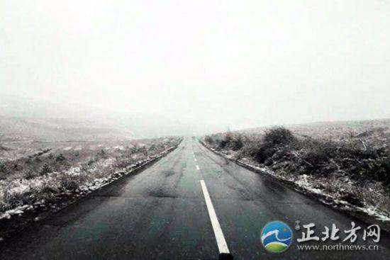 网友拍摄呼和浩特北部山区下雪图片