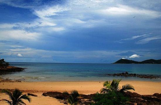 沙美岛是热带季风气候,本该有着明显的雨季和旱季的区分。但这里濒临海边,海风凉爽宜人,所以一年四季都能保持美景呈现在游客们眼前,气温差别不大,波动很小,几乎感觉不到雨季和旱季的来临。这里终年的气温都差不多,平均气温大概在二十摄氏度。至于最佳的旅行季节,我还是推荐冬季,也就是每年的十一月到来年的二月期间,因为这段时间是沙美岛全年最温暖舒适的时候,天气相对干燥一些,几乎没有降雨,不会对出行带来不便。而且即使在冬天,这里的花卉依旧开得很鲜艳,非常养眼!