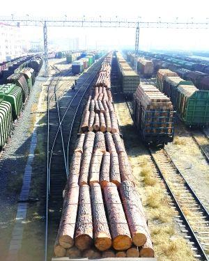 满载货物的列车驶入内蒙古满洲里铁路货运站