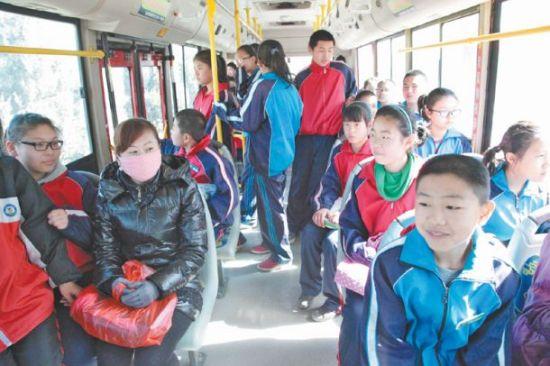 居民们坐上了新能源公交车,出行方便快捷,价格便宜。