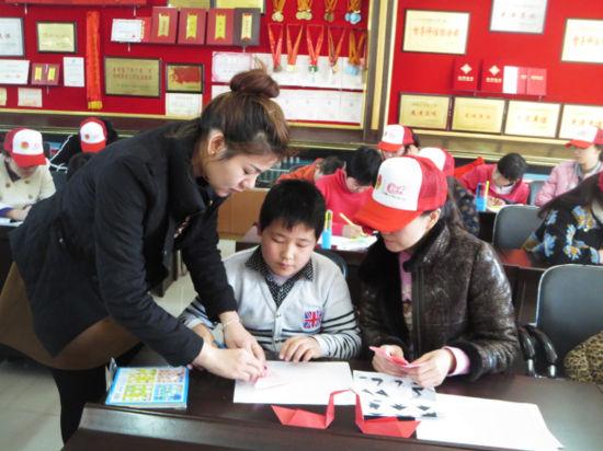 内蒙古阿荣旗志愿者为残疾孩子送温暖