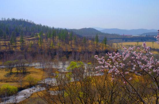 柴河风景区的气候特点,集中展现了中国北方四季变换轮回的独特景致,散发着浓郁的月亮文化气息,这就诠释了柴河风景区为什么被称为月亮小镇的根本原因。柴河风景区通过对柴河景观资源的梳理和整合,将人、自然、小镇、月亮、心等元素有机结合起来,依 托独一无二的火山天池群和月亮文化元素集成,全力打造以休闲度假和健身养生为主题的世界级旅游目的地,打造最具有国际兼容性、开放式的月亮文化体验的月亮小镇。