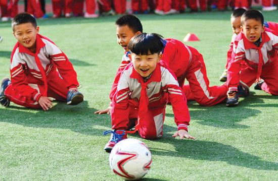 孩子们体验以手踢球