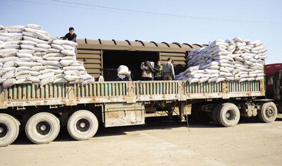 工人正在将化肥装车
