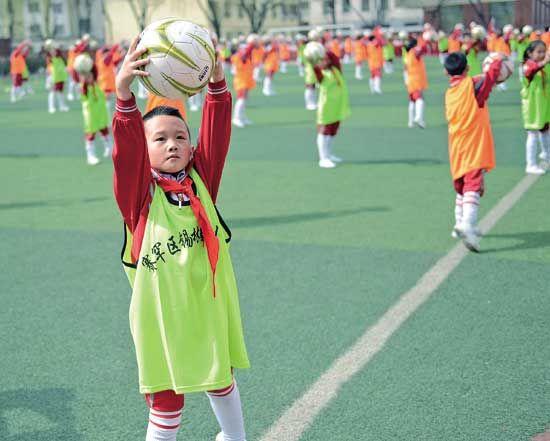 小学生表演足球操
