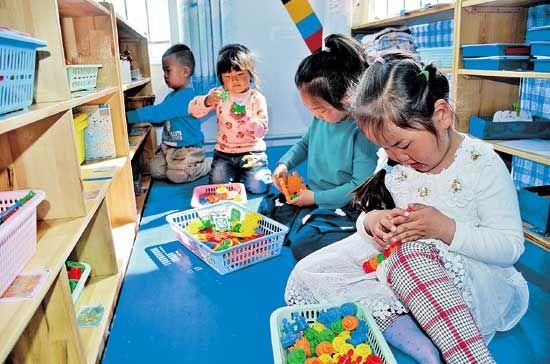 乌中旗民族幼儿园的孩子们在区角活动