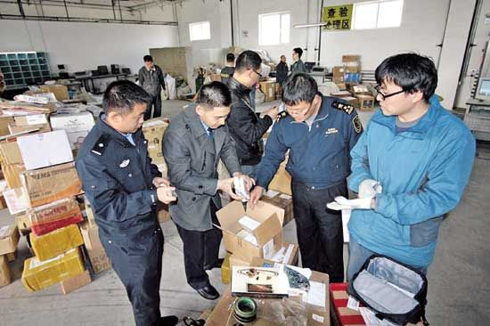呼和浩特海关工作人员在清点查获的象牙制品
