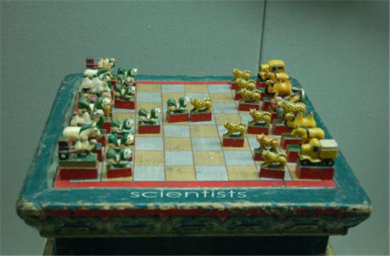 据《桥西杂记》载,蒙古象棋的棋制和着法是:局纵横九线,六十四格。棋各十六枚:八卒、二车、二马、二象、一炮、一将,别以朱墨,将居中之右,炮居中之左,车、马、象左右列,卒横于前,棋局无河界,满局可行,所谓随水草为畜牧也。其棋形而不字,将刻塔,崇象教也。象改驼或熊,迤北无象也。卒直行一至底,斜角食敌之在者,去而复返,用同于车,嘉有功也。马横行六,驼可斜行八,因沙漠之地驼行疾于马也。车行直线,进退自由。群子环击一塔,无路可出,始为败北。也有的格局为一官长、一狮、二驼、二马、二车、八个小狮子。蒙古象棋的棋盘棋