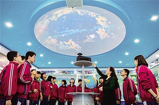 老师通过天象演示穹顶为学生讲解宇宙科学知识