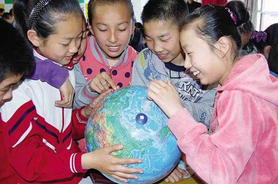 同学们一起研究地球仪