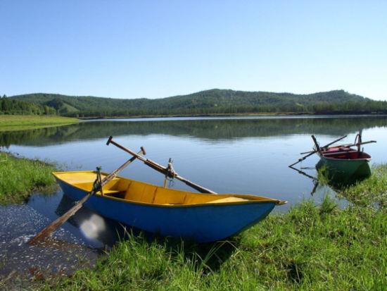 湖边的泊船