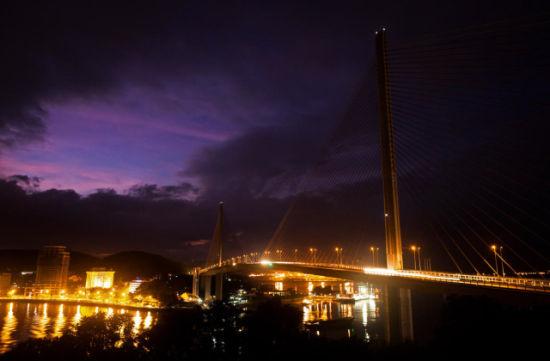 流光溢彩的大桥