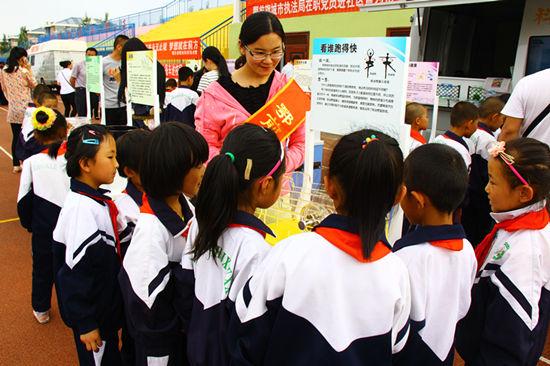 科普志愿者为孩子们讲解