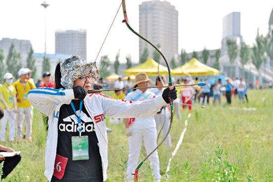 选手们在传统射箭比赛中