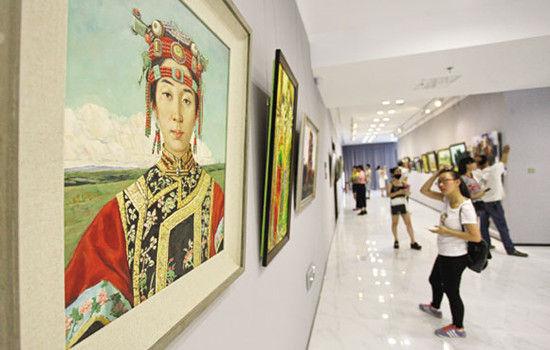 市民在观看油画作品