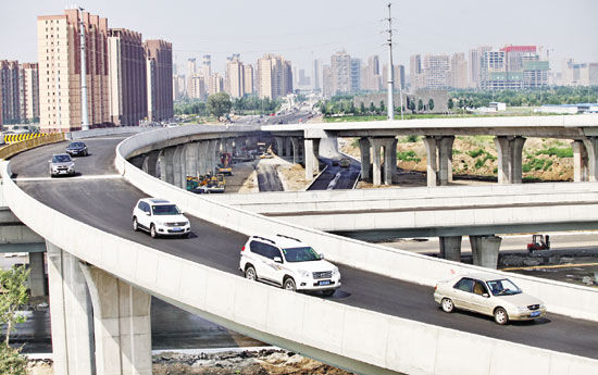 科尔沁南立交桥(原远经二路立交桥)上,不时有车辆飞驰而过