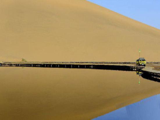 协作式沙漠探险 协作式探险可分为无后援式和有后援式。无后援式是指进入沙漠后,就失去了后方的一切人力、物力的支援,只是在驼队的协作下纵深沙海,大多数探险队采用这种方式。但这种探险也是有限度的,因为骆驼在沙漠中负重也不能超过200公斤,在冬季,骆驼每隔710天也要饮一次水,一次饮水量也在100公斤,所以一般探险天数在10天之内,行程在100200公里之内。