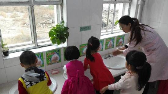赛罕区第一幼儿园的生活老师们在日常工作中督促和指导幼儿养成勤洗手的好习惯及如何正确洗手的方法,让孩子们从小养成良好的卫生习惯和卫生意识。生活老师们及时给予表扬奖励,强化他们的好习惯,让宝贝儿们健康快乐的成长。 培养幼儿勤洗手的好习惯