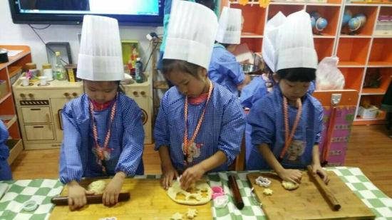 """幼儿园区域烘焙坊 """"我是小小饼干师""""图片"""