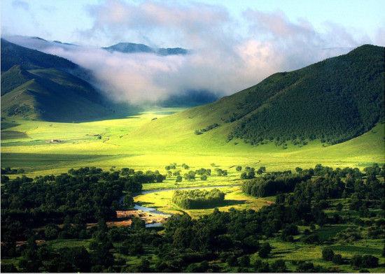 大自然在一年四季都有不同的风采。在草原上,春天野花和羔羊,夏天青草成波浪,秋天草原金灿灿,冬天白雪海茫茫,这些不一样的风景,需要用眼用心去挖掘和体会。满洲里最佳旅游时间最佳旅游时间:6月-9月。满洲里看草原最好是在7月,赏秋色则9月中下旬最佳。6月底至7月底,呼伦贝尔草原正是牧草茂盛的时候,可以饱览草原风景,尽情纵马奔驰。到8月初,牧民就已开始收割牧草为过冬做准备了, 草原也开始发黄。进入9月,此时开始草原逐渐展现秋景,尤其是9月中旬开始,白桦林叶子变黄,美景无限。而且9月时天气不冷不热,游客也不太多。