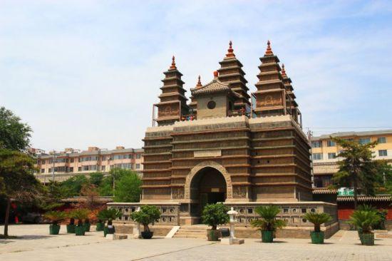 金刚座舍利宝塔位于内蒙古呼和浩特市旧城东南