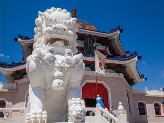 热点目的地 正文    门景广场中间的红色通道象征通往皇宫的红地毯
