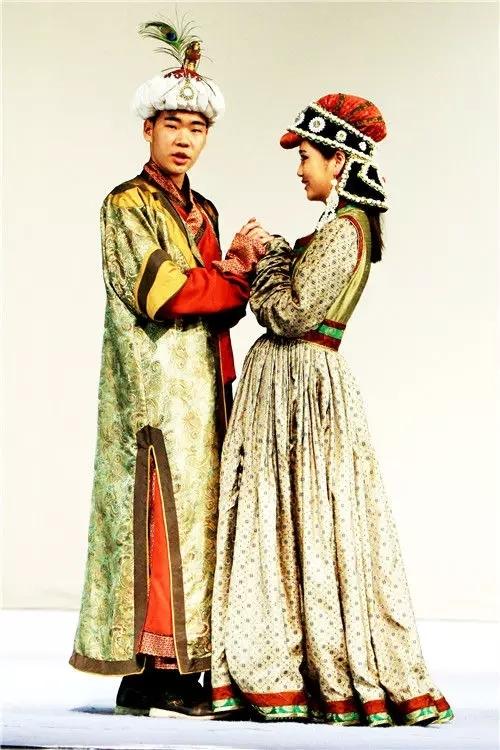 蒙古族的传统服饰 一件蒙古袍走向国际舞台图片