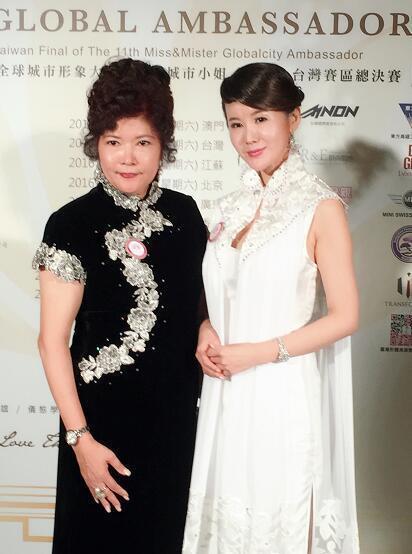 台北蒋宋 美龄首席旗袍设计师 袁念华女士(左)