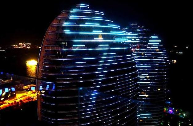 坊间曾流传在凤凰岛选址设计的时候,采用了阴阳学说的理论,几栋楼的外