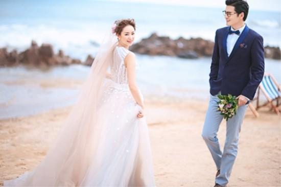 山东青岛婚纱摄影排名前十名哪家好,新娘根据身材选择婚纱图片