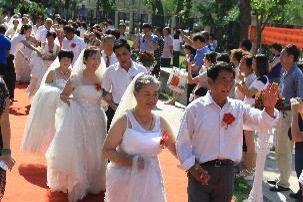 社区举办金婚庆典