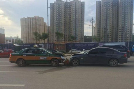 首府两车迎面相撞