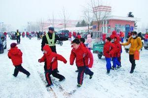 交警雪中护送学生