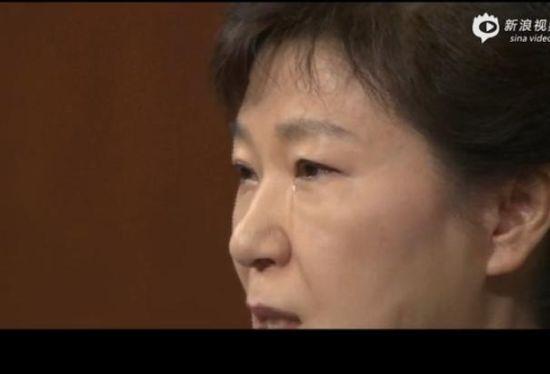 现场视频:朴槿惠就沉船事故流泪道歉